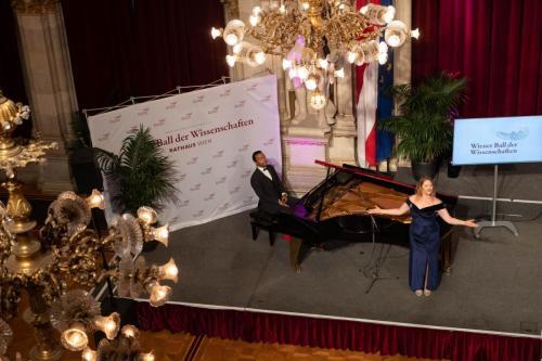 """Sopran Anne Wieben begleitet von Chemiker Nuno Maulide singt """"I got it from Agnes"""" des großen Tom Lehrer"""